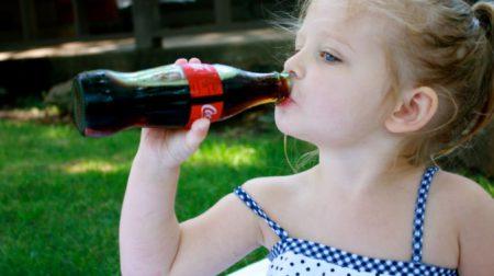 Діти і кока-кола