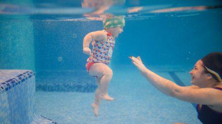Змагання немовлят під водою